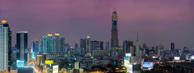 Панорама горизонта бангкока ночью