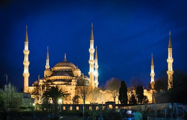 トルコ、イスタンブールの夜のブルーモスク