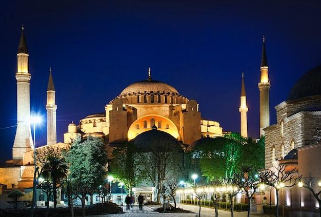 トルコ、イスタンブールの夜のアヤソフィア