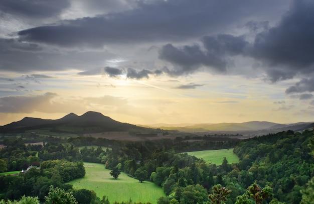 スコットランドの有名な視点であるスコットビュー、ツイード川の谷とスコティッシュボーダーズを一望