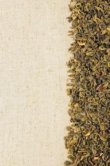 荒布を着た乾燥緑茶の葉