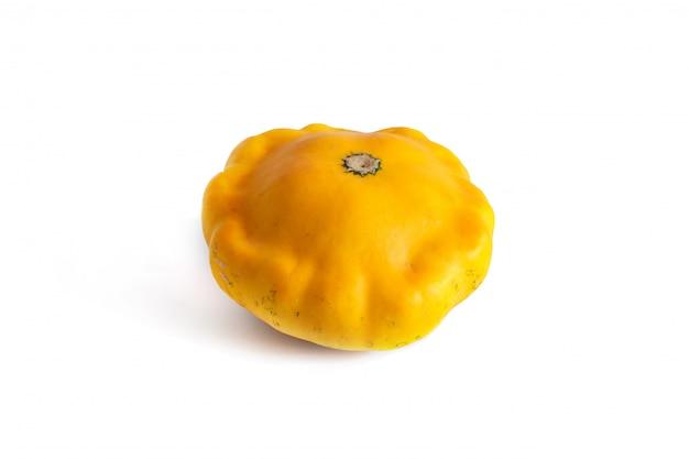 Один желтый пирожок тыквы, изолированные на белом