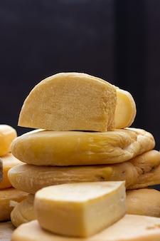 ボード上のファームクラフトチーズの食欲をそそるスライス