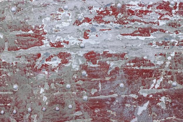 灰色の剥離塗料でオレンジ色のコンクリートの壁