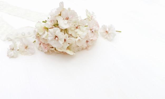 美しい白い花のスタイル付き写真