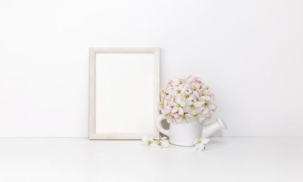 花と白い木製の垂直フレーム