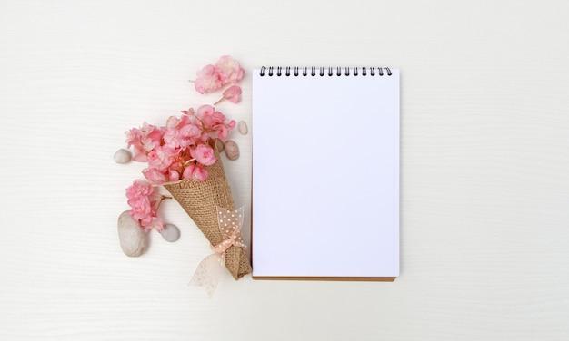 ピンクの花とメモ帳