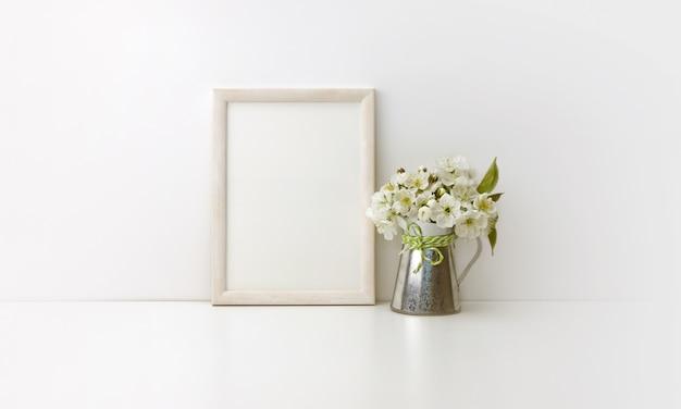 花と垂直の木製フレーム