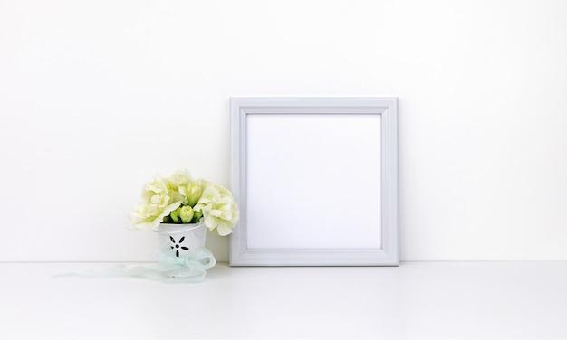 白い花を持つ正方形のフレーム