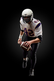 黒のアメリカンフットボールスポーツマンプレーヤー。スポーツ。