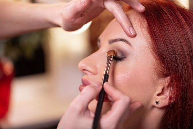 美容化粧品で美しい若い女性の顔のクローズアップ