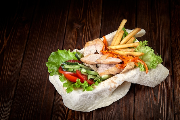 トルコとアラビアの伝統的なミックスケバブプレート。ソースと野菜のラバッシュパンにケバブ牛肉。