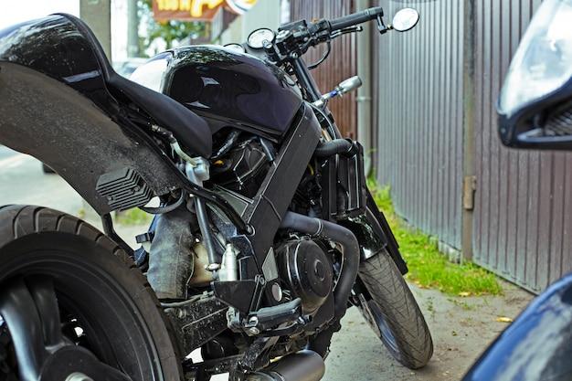 通りに停まっている美しいカスタムメイドのオートバイのショットを間近でトリミング