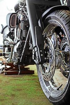 ワークショップで美しく、カスタムメイドのオートバイのクローズアップショットをトリミング