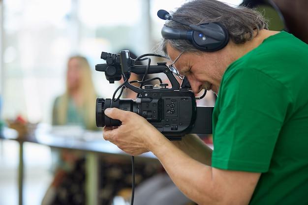 За кулисами съемок фильма или видеопродукции и съемочной группы.