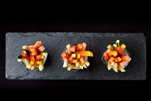 Вкусные сочные огурцы, морковь, сельдерей, нарезанные тонкими полосками или клубочками