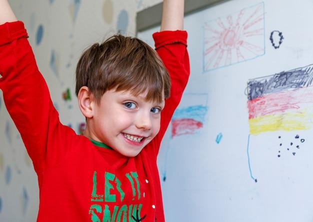 Мальчик рисует на доске