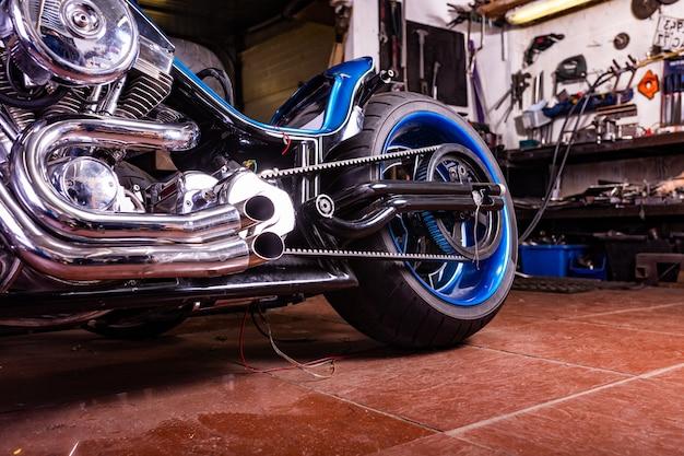Деталь на современном мотоцикле в мастерской. выхлоп мотоцикла.