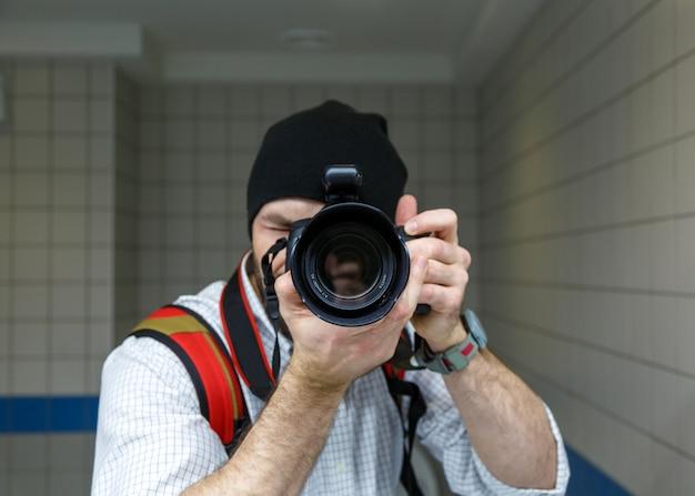 セルフポートレートを取る写真家