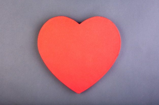 Красное сердце на сером