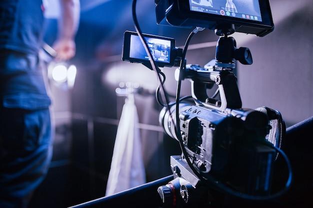 映画やビデオ製品の撮影の舞台裏と、映画スタジオのパビリオンにあるセットの映画クルーのフィルムクルー。