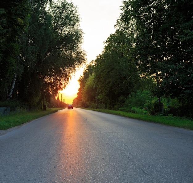日没時の郊外の道
