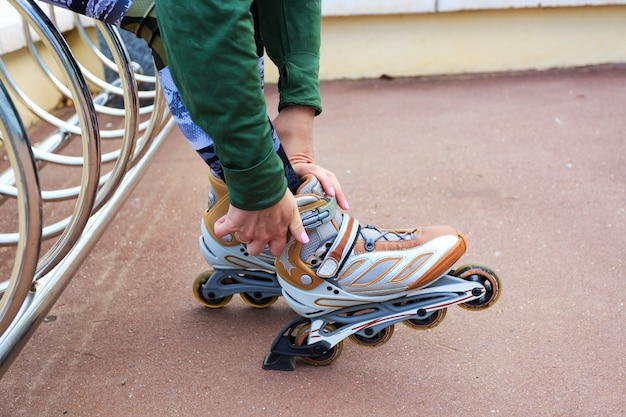 Молодая женщина на роликовых коньках в парке