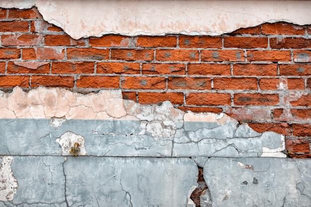 Старая сломанная стена с видимой текстурой кирпича