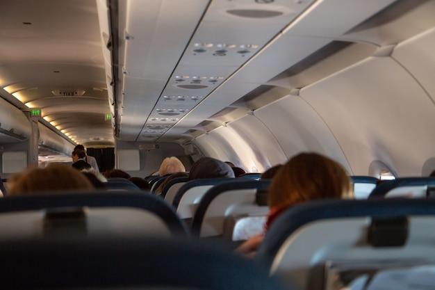 飛行中の飛行機の座席