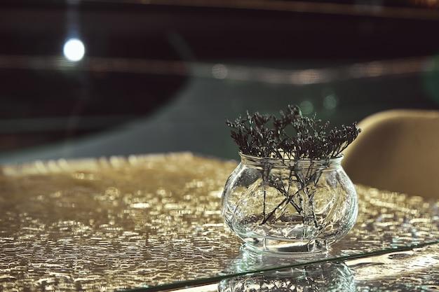 コーヒーカフェで瓶の花瓶にドライフラワー。