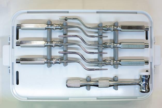 歯科用ツールおよび機器。白い背景の上