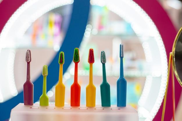 Разноцветные зубные щетки. забота о зубах, стоматологическая концепция.