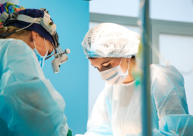 彼らの仕事中に病院の手術室で外科医