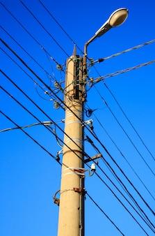 電線と青い空と電柱のランプ