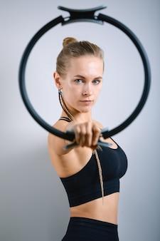 ジムでのエクササイズの若い運動女性