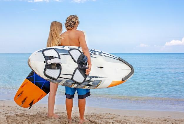ビーチでサーファー
