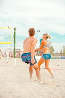 Игроки в пляжный волейбол