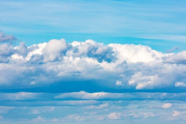 雲の背景と美しい青い空。