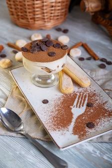 Закройте вверх по взгляду красивого элегантного сладостного десерта, который служат на плите.