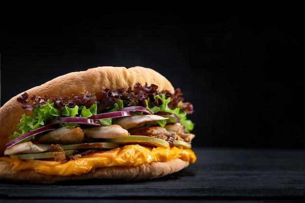 ドネルケバブ-フライドチキンと野菜のピタパン