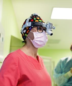 手術室で患者を操作する外科医