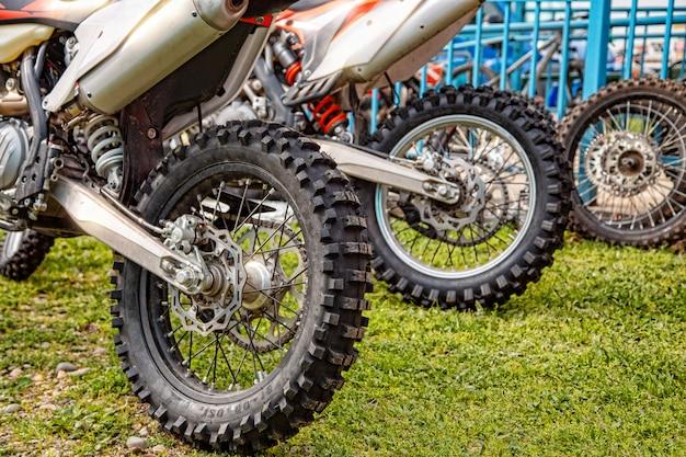 オートバイのホイールをクローズアップ