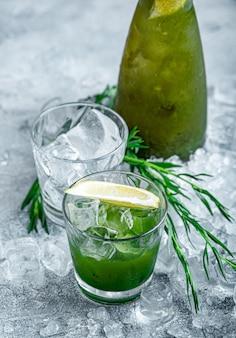 Эстрагон лимонад. концепция освежающих летних напитков. свежий прохладный лимонад эстрагон с кусочками льда и цитрусовых.