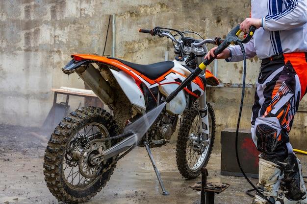 バイカーはオートバイを洗う