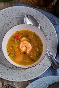 Набор здоровой пищи в тарелках. набор еды в кафе - суп и салат на стол подается. на деревянном фоне. копировать пространство
