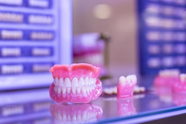 歯科矯正ツール。成形歯、歯科補綴物を作るためのデバイス。成形歯。