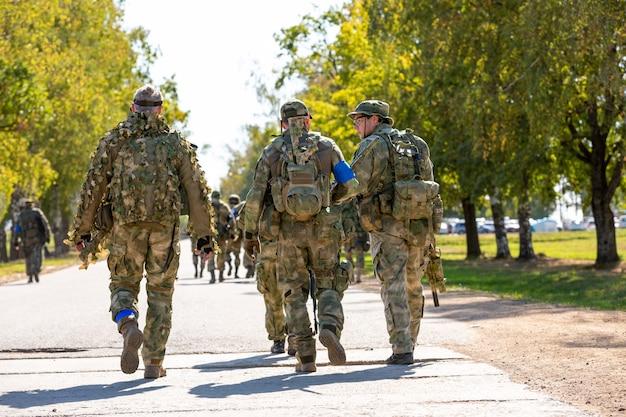 陸軍演習で屋外の兵士のグループ。戦争、軍隊、技術および人々の概念