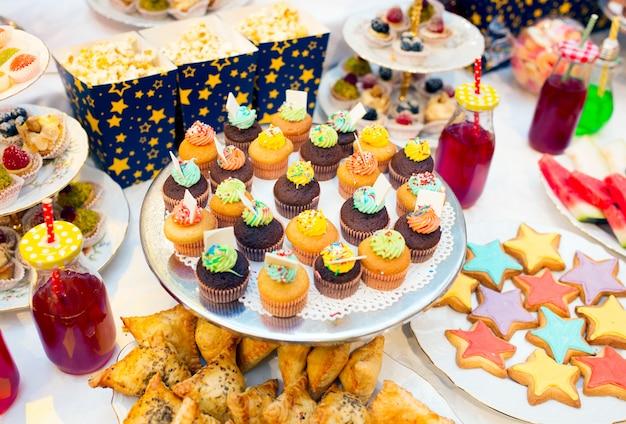 お祝いテーブルのカップケーキ