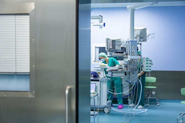 病院、手術室で働く外科医チーム
