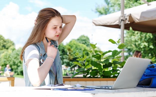Студентка с ноутбуком на улице